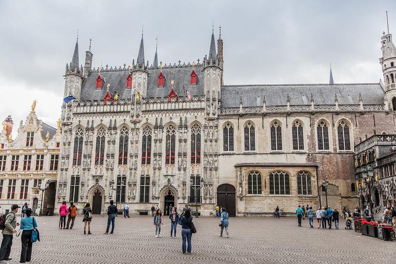 La plaza Burg, con sus imponentes edificios como la basílica de la Santa Sangre, el ayuntamiento o el franconato de Brujas.