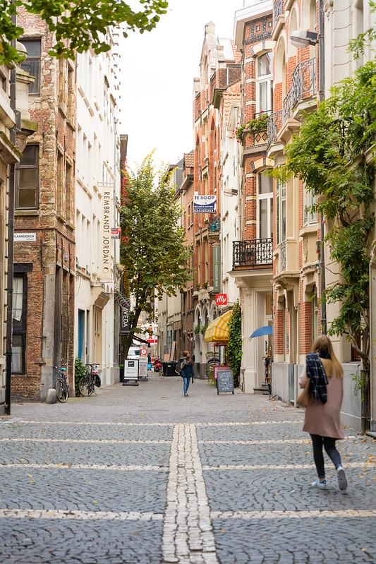 Calle de Amberes con Imponentes edificios del arte gótico de fíneles del siglo V.