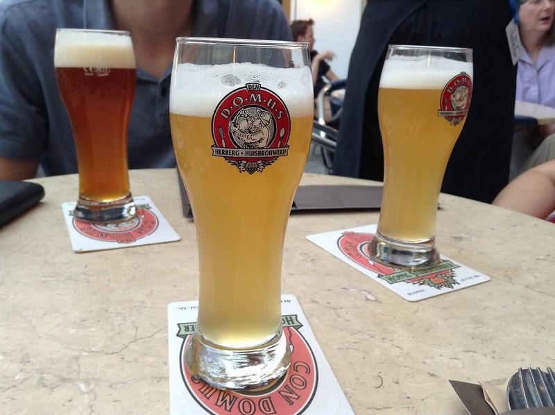 ¿Qué ver y hacer en Lovaina en un día?-dos cervezas, el Con Domus y Nostra Domus, las cuales viajan, mediante tubos de cobre, desde la cervecería hasta tu vaso. Lovaina Bélgica.