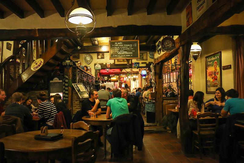 ¿Qué ver y hacer en Lovaina en un día?-Una pequeña cervecería que conecta directamente con la cafetería DOMUS. Lovaina Bélgica.