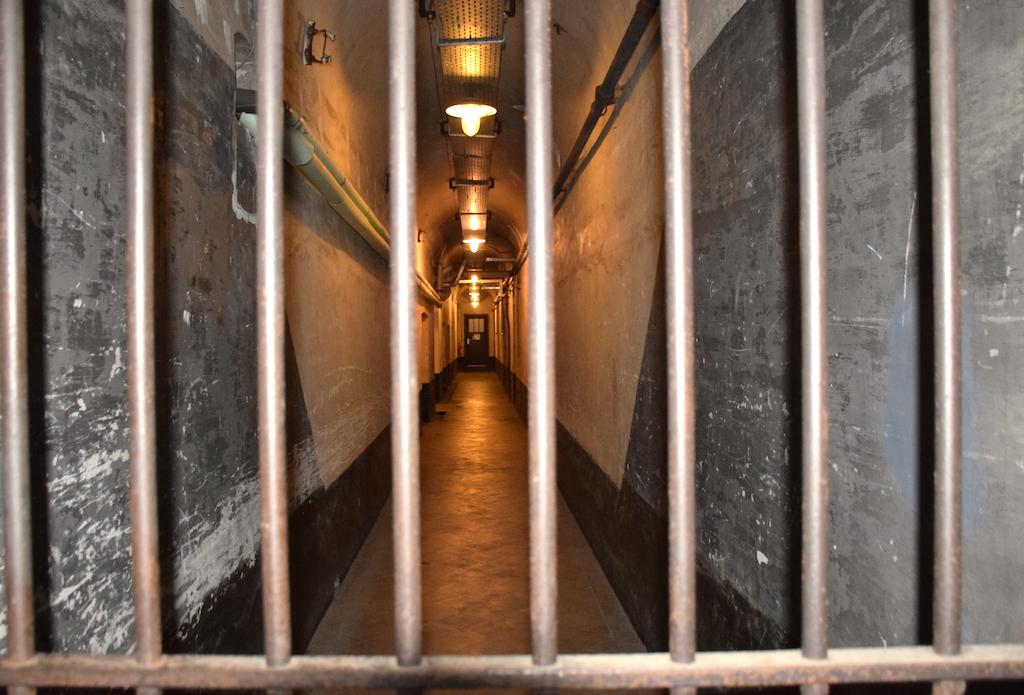 El pasillo de las celdas de aislamiento-El Campo de concentración de el fort de Breendonk - Bravo Discovery