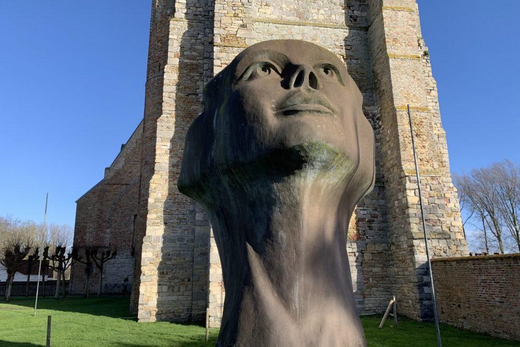 Escultura Mirada de Luz, Charles Delporte - Iglesia de Nuestra Señora de Damme - Excursión en bicicleta a Damme desde Brujas
