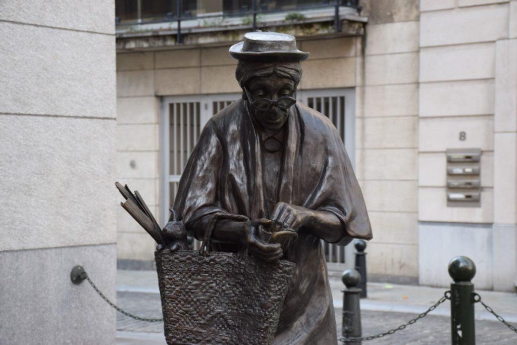 Estatua de Madame Chapeau- Cultura local