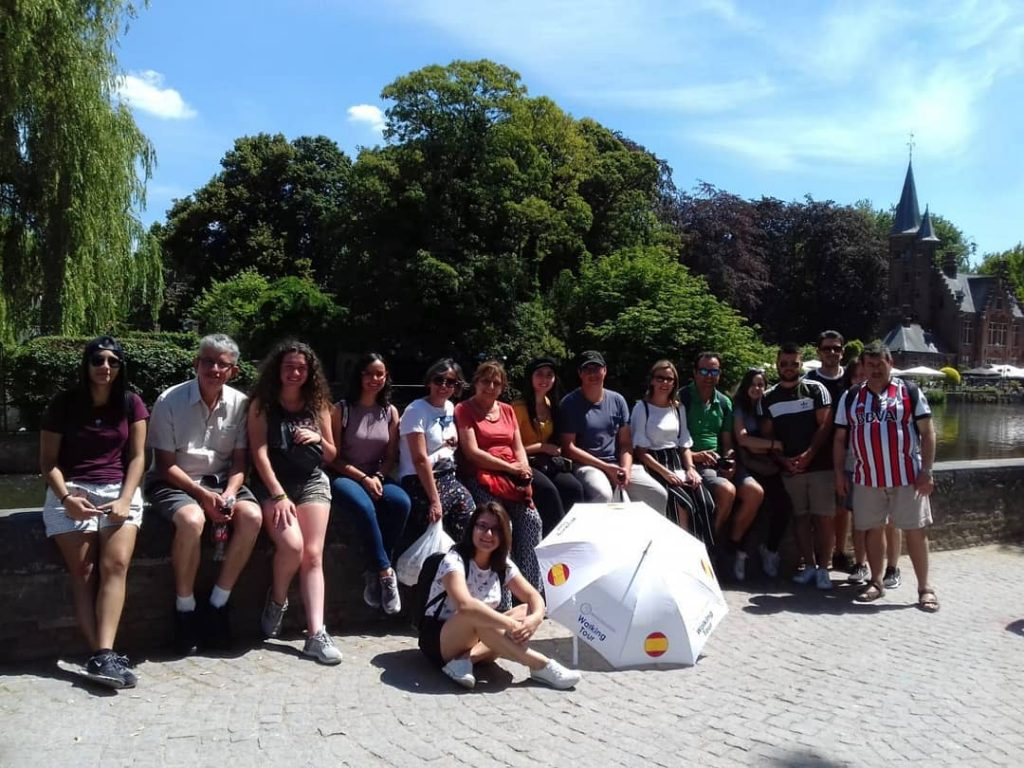 Foto de grupo en el Lago del amor de Brujas - Free tour por Brujas