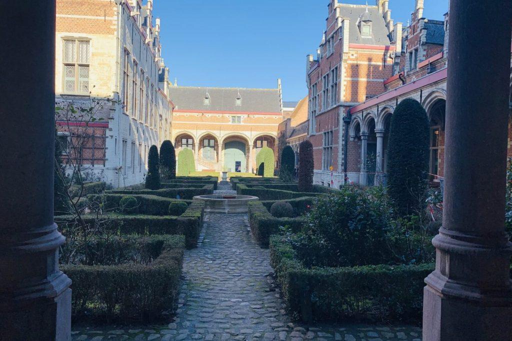 Jardín interior del Palacio de Margarita de Austria en Malinas
