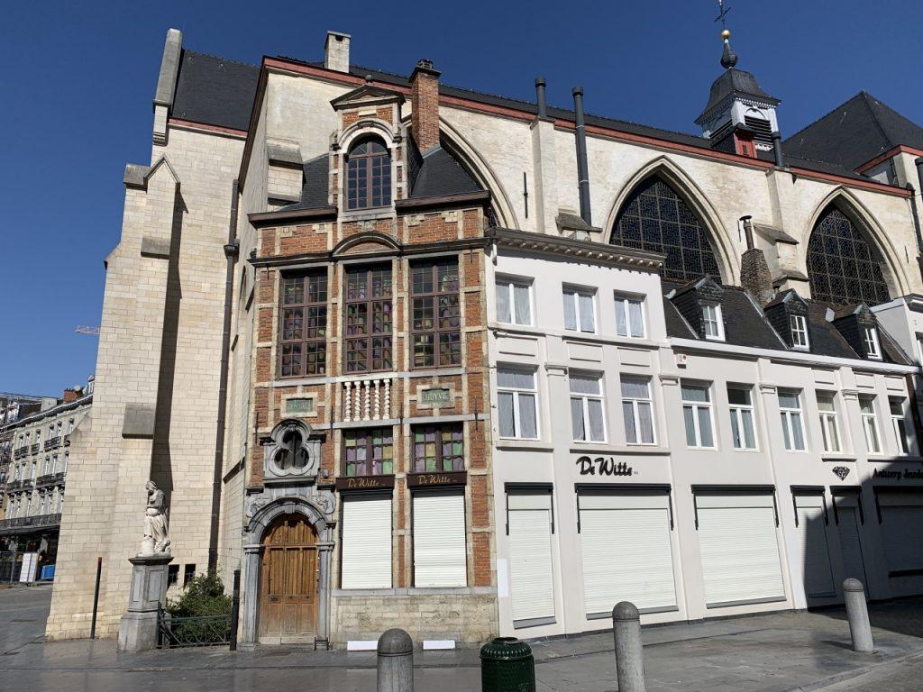 La iglesia de San Nicolás - Bruselas. Comercios y tiendas cerrados en toda Bruselas (Centro histórico de Bruselas)