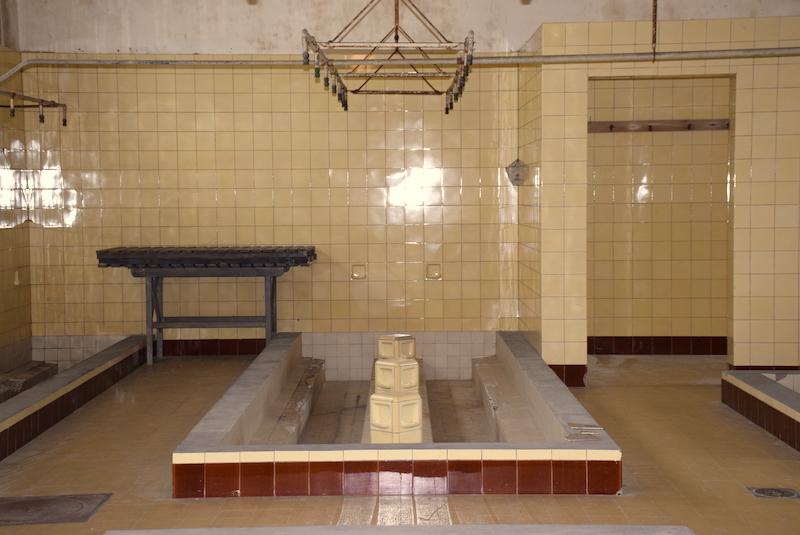"""Las """"instalaciones sanitarias» - El campo de concentracíon de Breendonk- Bravo Discovery."""