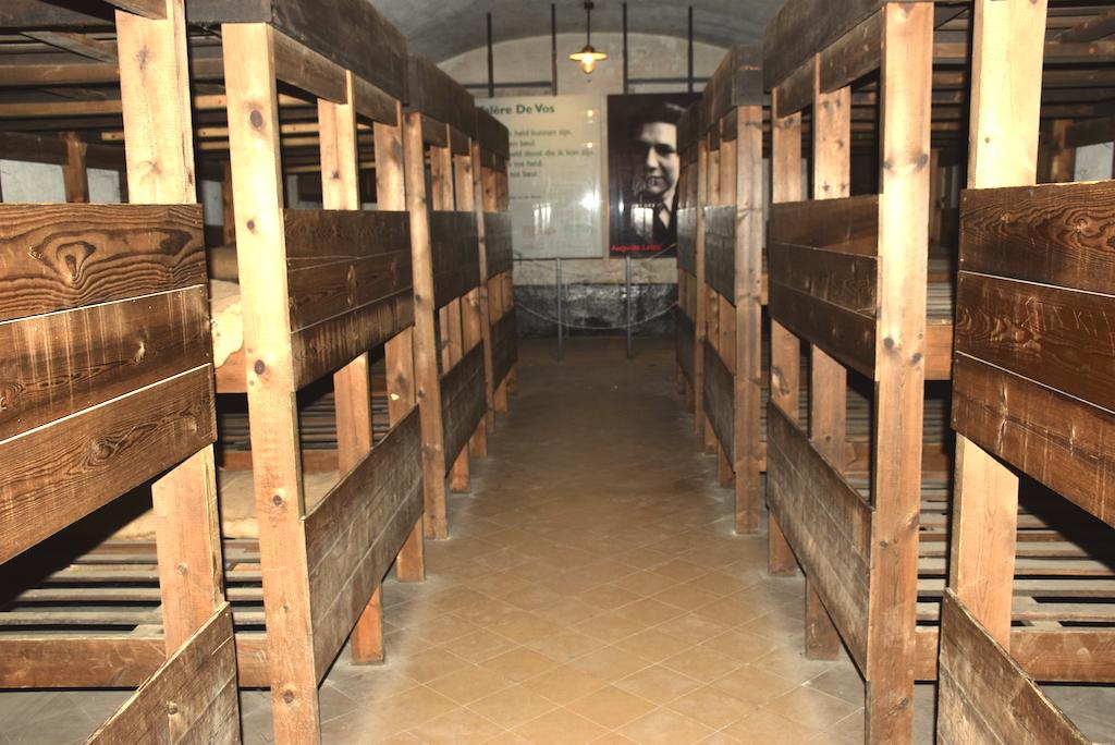Las habitaciones de los prisioneros y las camas donde se hacinaban los prisioneros por docenas -El Campo de concentración de el fort de Breendonk - Bravo Discovery