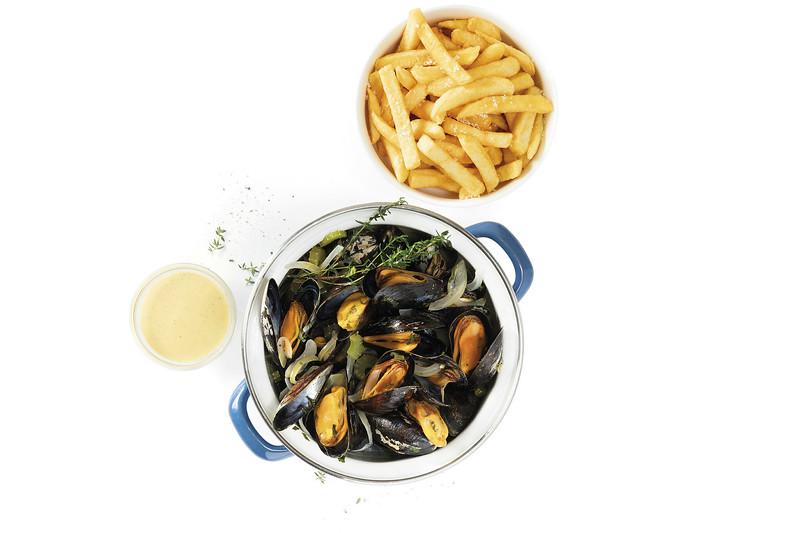 ¿Que ver y hacer en Amberes en  día?-  Plato de mejillones con papas fritas, 'moules-frites'.