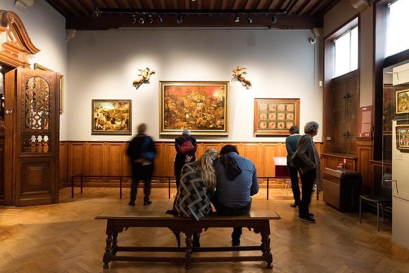 Visitantes contemplando obras - Museo de Amberes