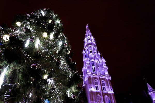 Plaisirs d'hiver - Los placeres de invierno – Decoraciones y árbol de navidad en la Grand Place de Bruselas.
