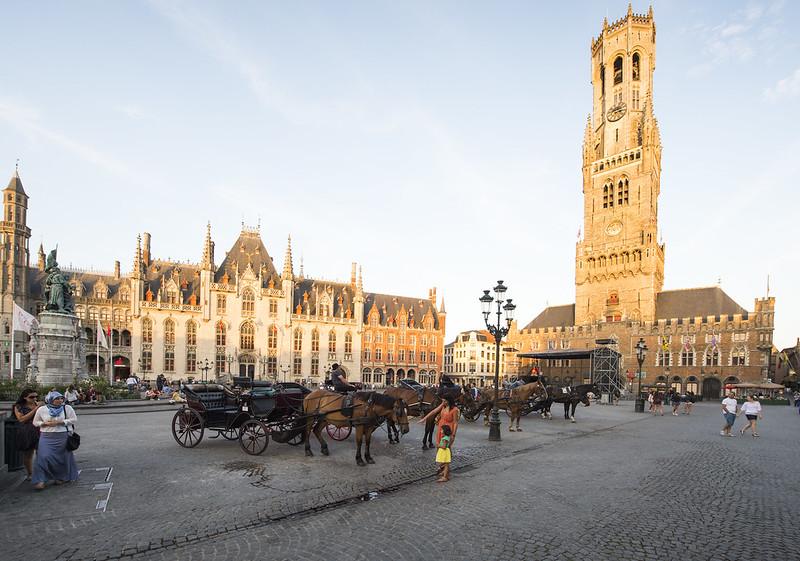 El principal monumento de la ciudad, el Campanario de Brujas, erigido en el siglo XIII.