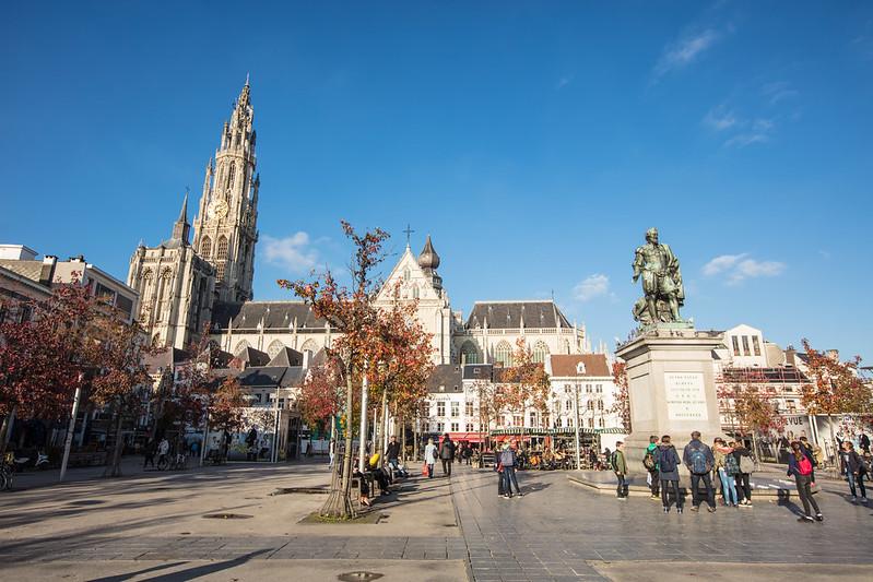 La estatua de Rubens, una esplendida vista de la Catedral Notre Dame y un ambiente único gracias a sus cafés y restaurantes.