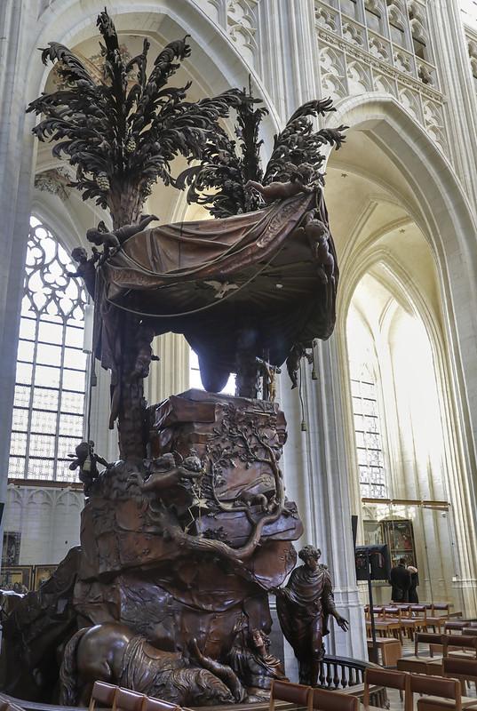 ¿Qué ver y hacer en Lovaina en un día?-El púlpito Barroco de San Norberto de Xanten cayendo de su caballo. Iglesia de San Pedro (Sint-Pieterskerk). Lovaina Bélgica.