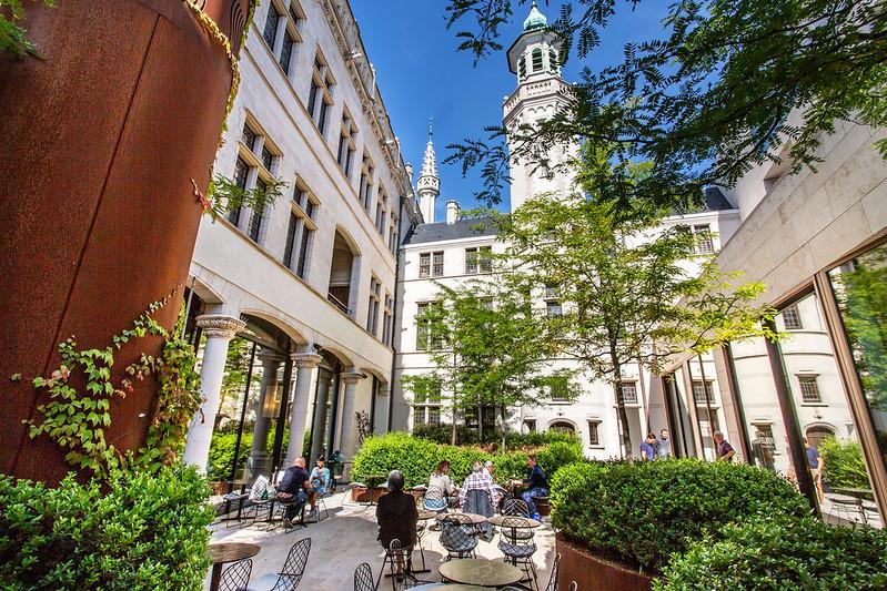 ¿Qué ver y hacer en Lovaina en un día?-La Mesa Redonda, Lovaina Bélgica. Excursión a Lovaina desde Bruselas.