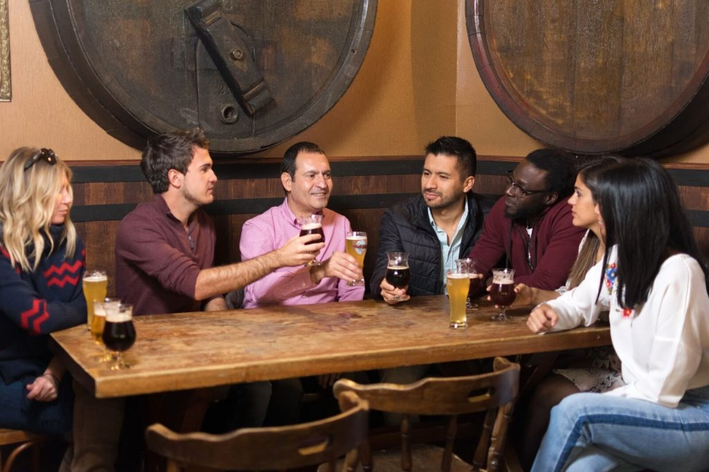Deguste cervezas belgas locales y de abadía en los bares míticos de Bruselas que no puede dejar de visitar.