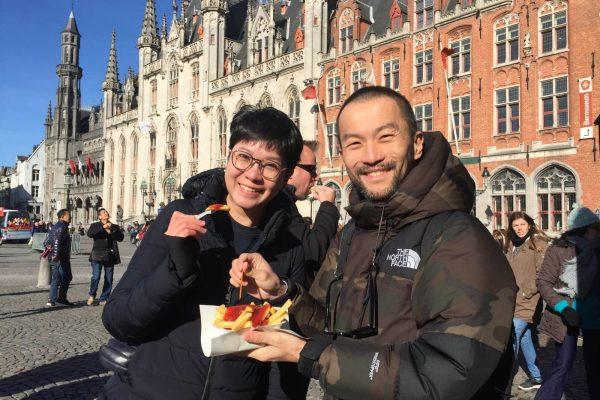 Degustación de las mejores patatas fritas en la Plaza Mayor de Brujas (Grote Markt).