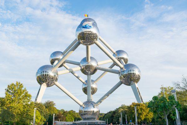 El Atomium de Bruselas decorado con la imagen de los Pitufos.