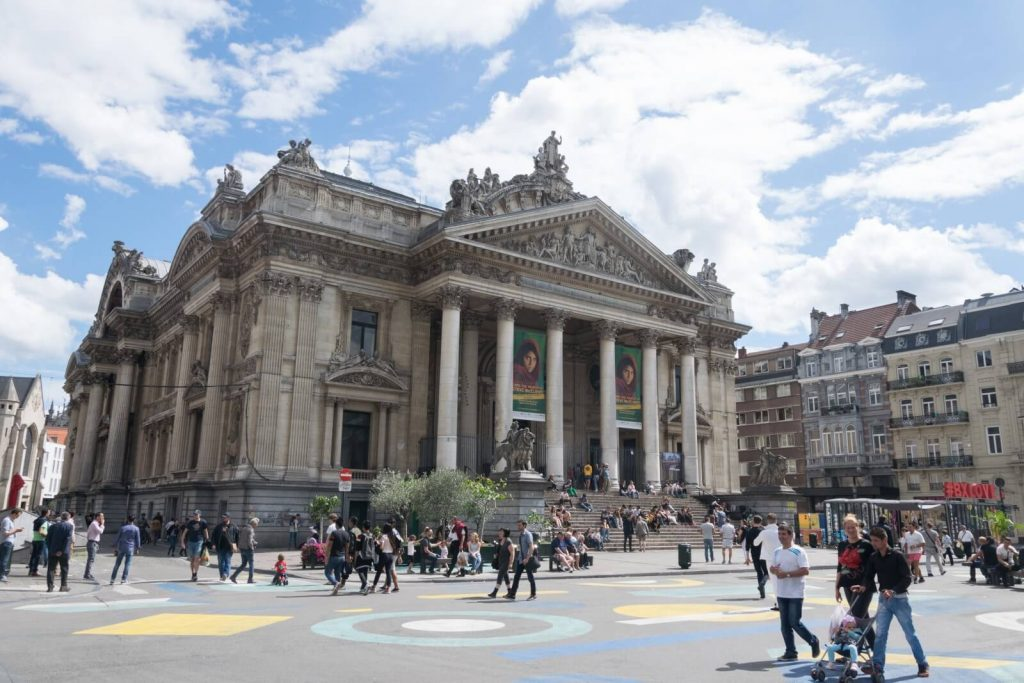 """La Bolsa de Bruselas - La """"Place de la Bourse"""" o Beursplein."""