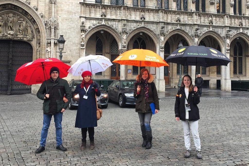 Paraguas distintivos de las diferentes empresas de Free tour en Bruselas - La Grand-Place de Bruselas.