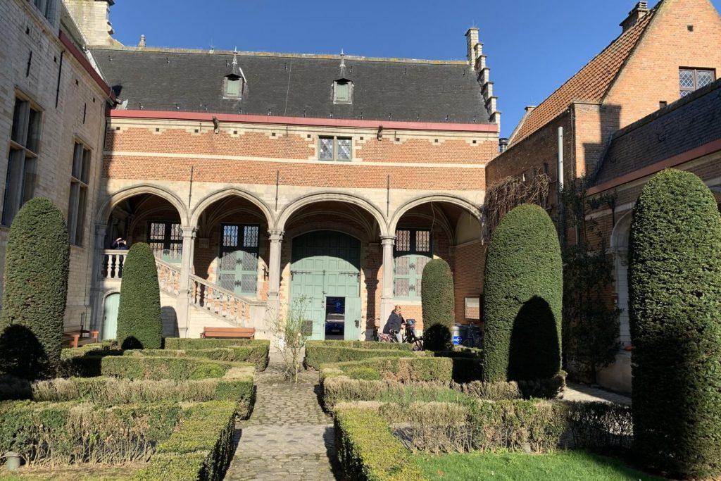 Visita del patio interno del Palacio de Margarita de Austria en Malinas