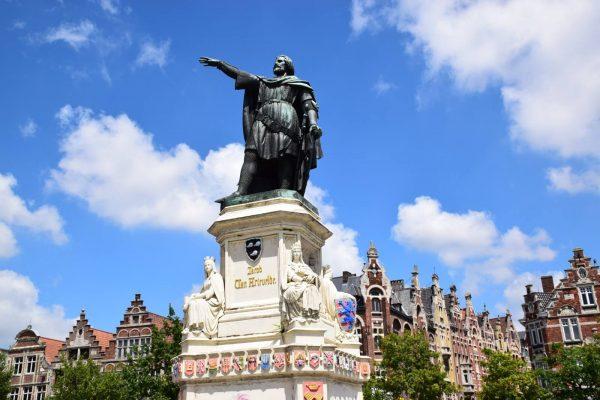 Vrijdagmarkt (Mercado del viernes) - Estatua de Jacob Van Artevelde.