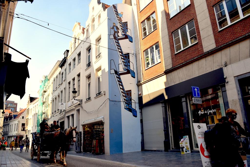 Circuito de los murales de cómics en Bruselas, Tintin junto a el capitán Haddock  y Milu.