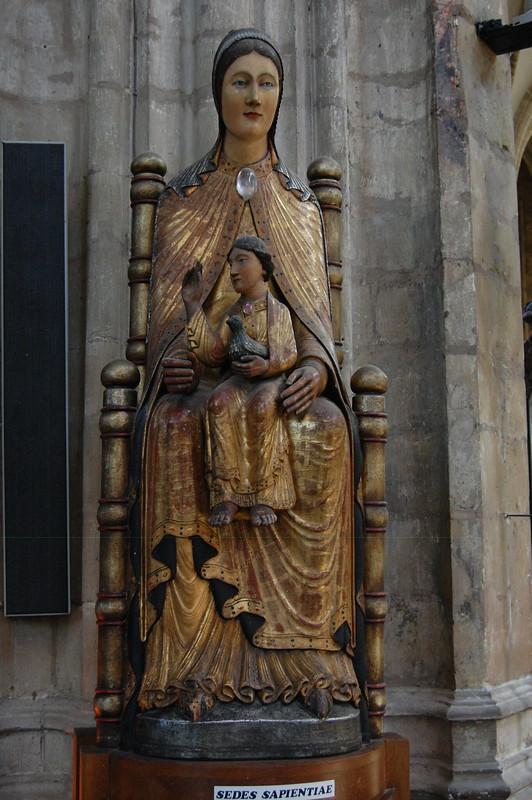 ¿Qué ver y hacer en Lovaina en un día?-Escultura de nuestra señora de la Sampietina. Iglesia de San Pedro (Sint-Pieterskerk). Lovaina Bélgica.
