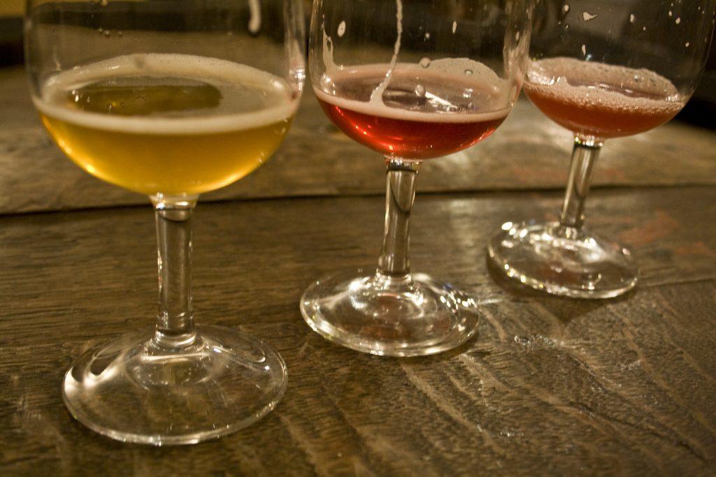 Image de verres de la bière Cantillon de fermentation spontanée