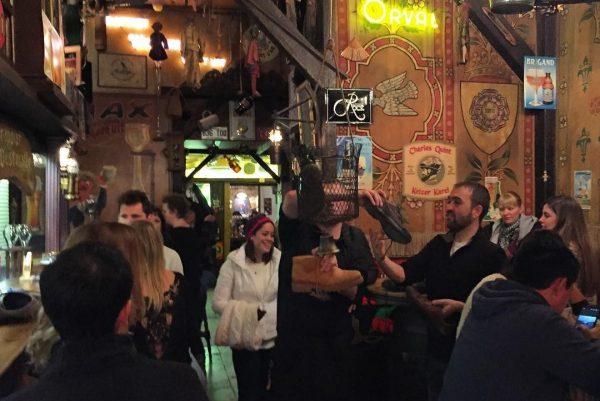 Changer une chaussure contre une bière au célèbre bar De Dulle Griet.