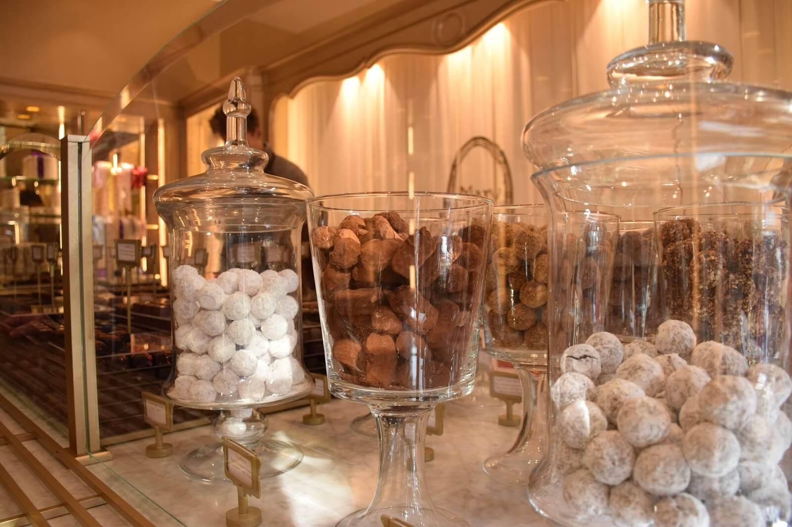 Chocolaterie Mary - Fournisseur breveté de la cour de Belgique depuis 1942 - Un des meilleurs chocolats belges.