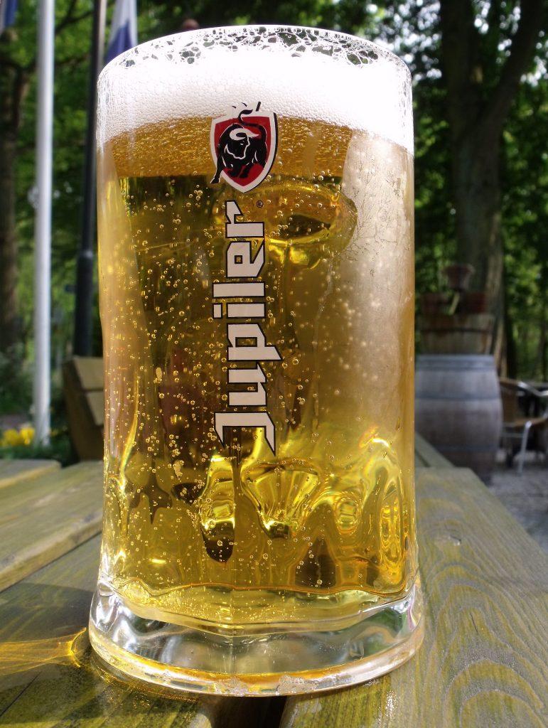 Bière Jupiler. En Belgique, le marché de la pils est dominé par les brasseries industrielles.