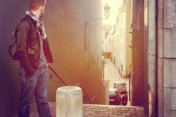 Charmante petite rue du quartier des Marolles de Bruxelles.