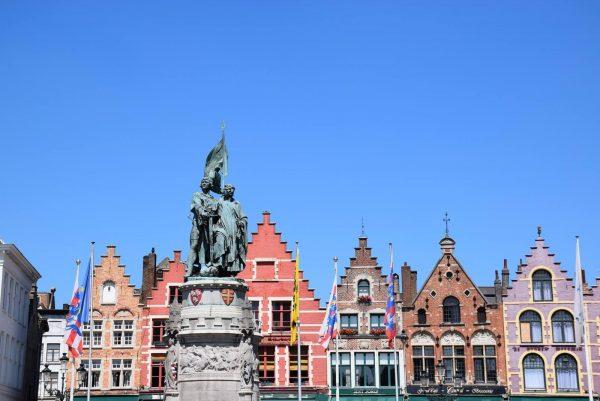 La Place du Marché (Markt) - Statues de Jan Breydel et Pieter de Coninck.