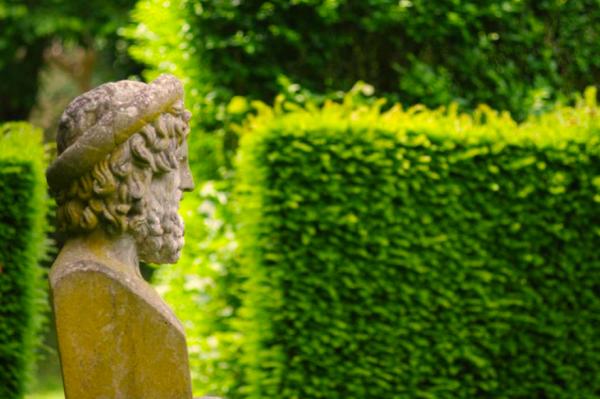 Ce jardin dans lequel se mêlent splendides statues de pierre - Visite privée de la maison-atelier de Thierry Bosquet - Bravo Discovery