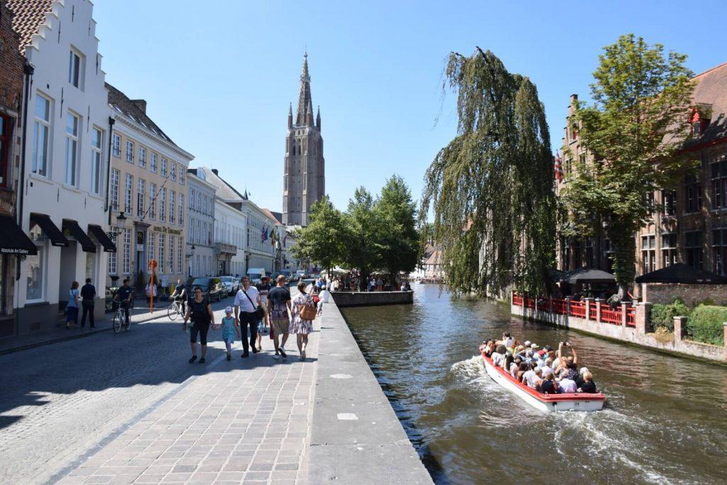 Promenade le long des canaux de Bruges - Eglise Notre-Dame, Bruges.
