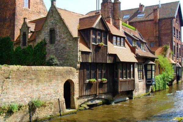 Maison en bois sur les canaux de Bruges - Maison médiévale de conte de fées.
